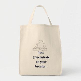 Juste concentré sur votre sac fourre-tout à