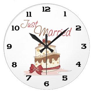 Juste gâteau de mariage marié grande horloge ronde