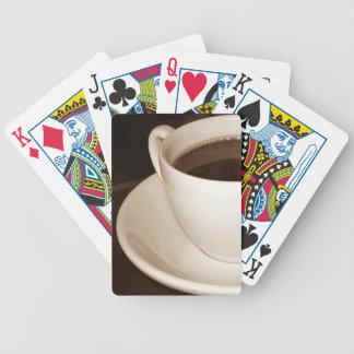 Juste la moitié de tasse de café de cartes de jeu jeux de cartes