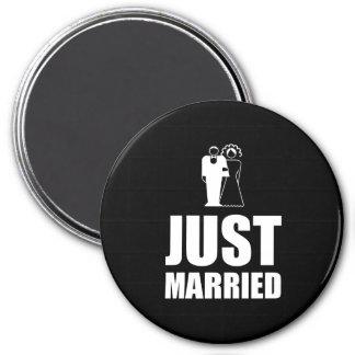 Juste marié épousant le marié de jeune mariée magnet rond 7,50 cm