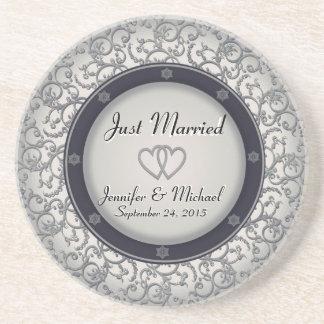 Juste marié épousant le plat dessous de verres