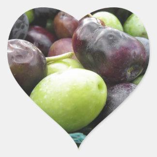 Juste olives sélectionnées sur le filet pendant le sticker cœur
