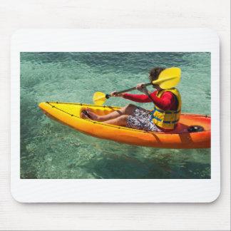 Kayaker barbotant dans l'eau claire tapis de souris