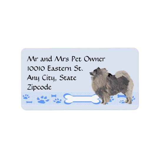 Keeshond sur le guingan bleu étiquette d'adresse