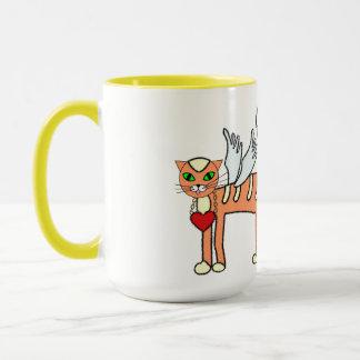 Kitty à ailes drôle avec la tasse de coutume de
