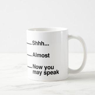 Koffie die Mok meten