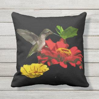 Kolibrie op Zinnia Flower Animal Outdoor Pillow Buitenkussen