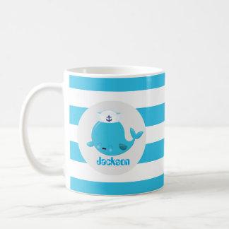 La baleine de plage de bleus layette ajoutent la mug