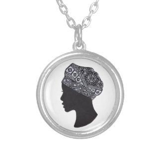 La beauté de la silhouette africaine de femme collier
