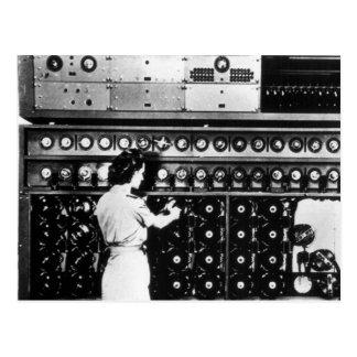 La femme actionne une machine de décryptage carte postale
