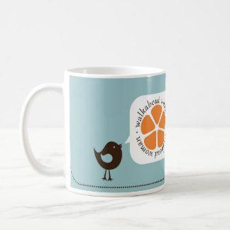 La femme de bain de foule a mis un oiseau mug