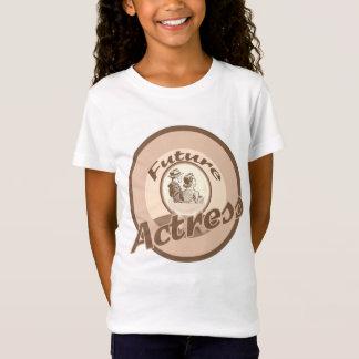 La future actrice badine le T-shirt de profession