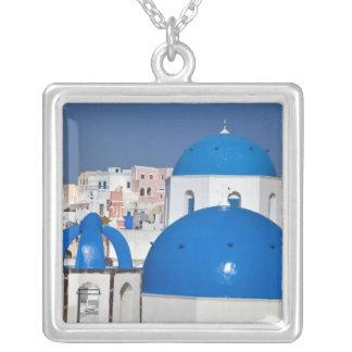 La Grèce, Santorini. Tour de Bell et dômes bleus Collier