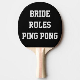 La jeune mariée ordonne la palette de ping-pong de raquette tennis de table