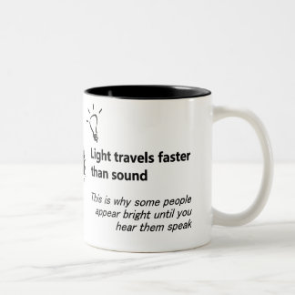 La lumière voyage une tasse plus rapide