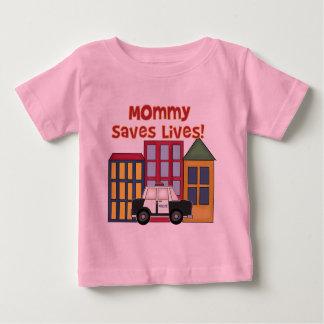 La maman de police sauve le T-shirts et les
