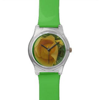 La montre de rose jaune