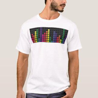 La musique colorée nivelle le T-shirt déchiré en