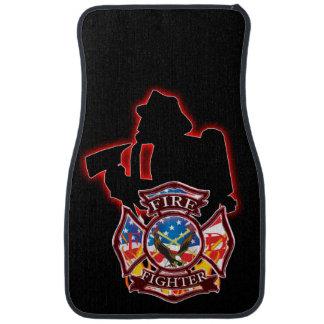 La prise du sapeur-pompier sur la tête du feu tapis de voiture