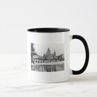 La rivière Isar à Munich, c.1910 Mug