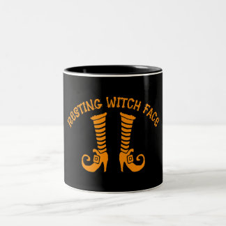 La sorcière de repos font face au noir tasse à