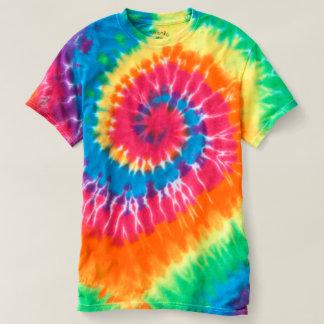 La spirale des hommes teignent en nouant le t-shirt