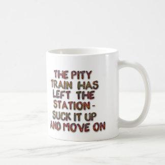 La station gauche de train de pitié sucent et se mug