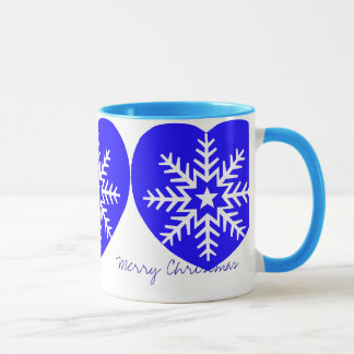 La tasse bleue de coeur de flocon de neige blanc