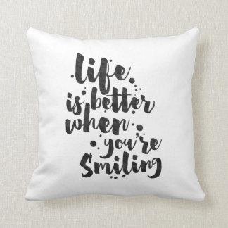 La vie est meilleure en souriant - coussin inspiré