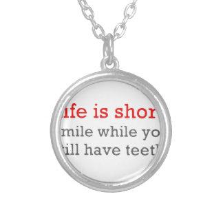 La vie est short, sourire tandis que vous avez collier