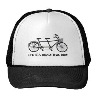 La vie est un beau tour, bicyclette tandem casquette