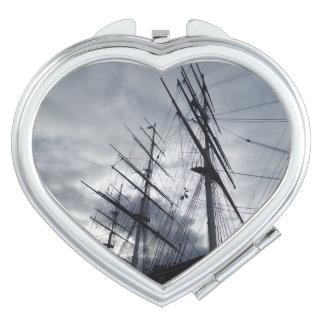 La voile enveloppe le miroir compact de coeur