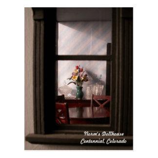 La vue par une fenêtre minuscule carte postale