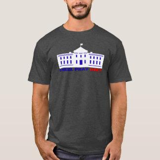 L'agenouillement prient obéissent le T-shirt
