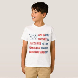 L'amour est le T-shirt du garçon d'amour