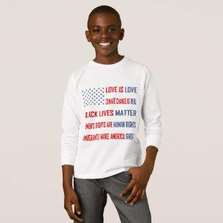 L'amour est T-shirt de la douille du garçon