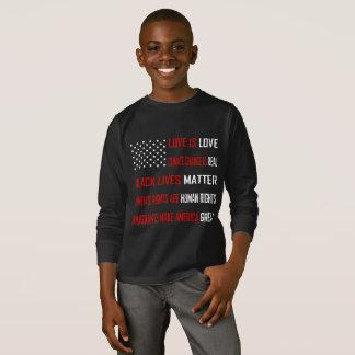 L'amour est T-shirt foncé de la douille du garçon