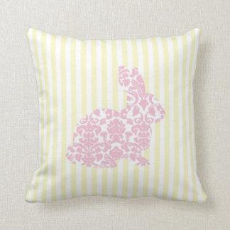 Lapin rose de damassé sur les rayures jaunes oreiller
