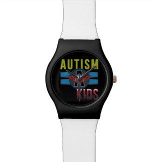 L'autisme des enfants observent montres cadran
