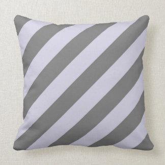 Lavande et coussin diagonal gris de rayures