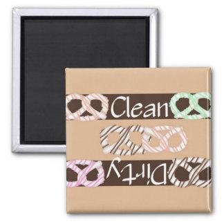 Lave-vaisselle blanc propre ou sale de bretzels de magnet carré