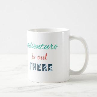 L'aventure est là voyage inspirent la typographie mug blanc