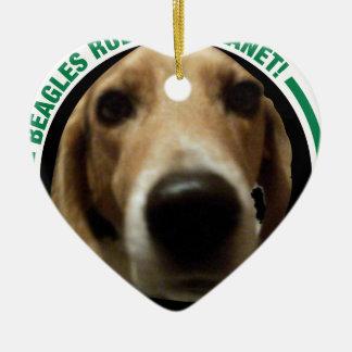 Le beagle poursuit la règle la planète - parce que ornement cœur en céramique