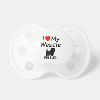 Le bébé aime la tétine de chien de Westie