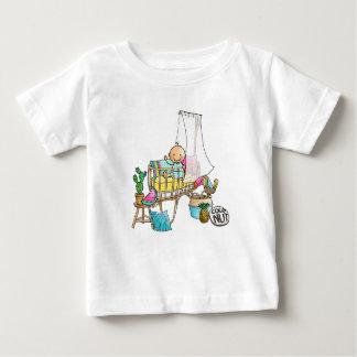 Le bébé t-shirt avec le bébé dans le berceau