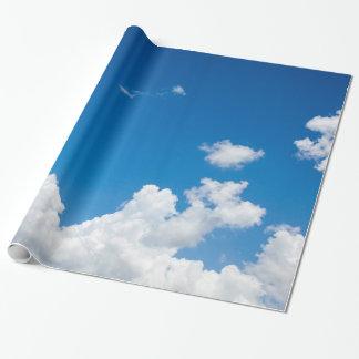 Le blanc de ciel bleu opacifie l'arrière - plan papier cadeau