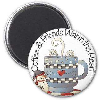 Le café et les amis chauffent l'aimant de coeurs magnet rond 8 cm