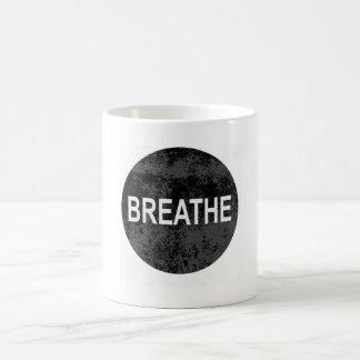 Le calme de Namaste de yoga respire la tasse de