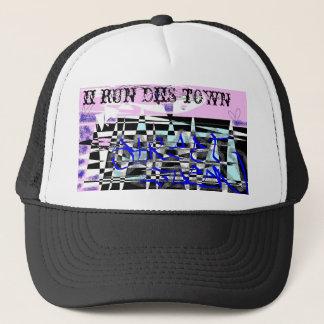 """le casquette avec """"II courent la ville de DIS"""" et"""
