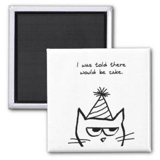 Le chat fâché déteste des anniversaires magnet carré
